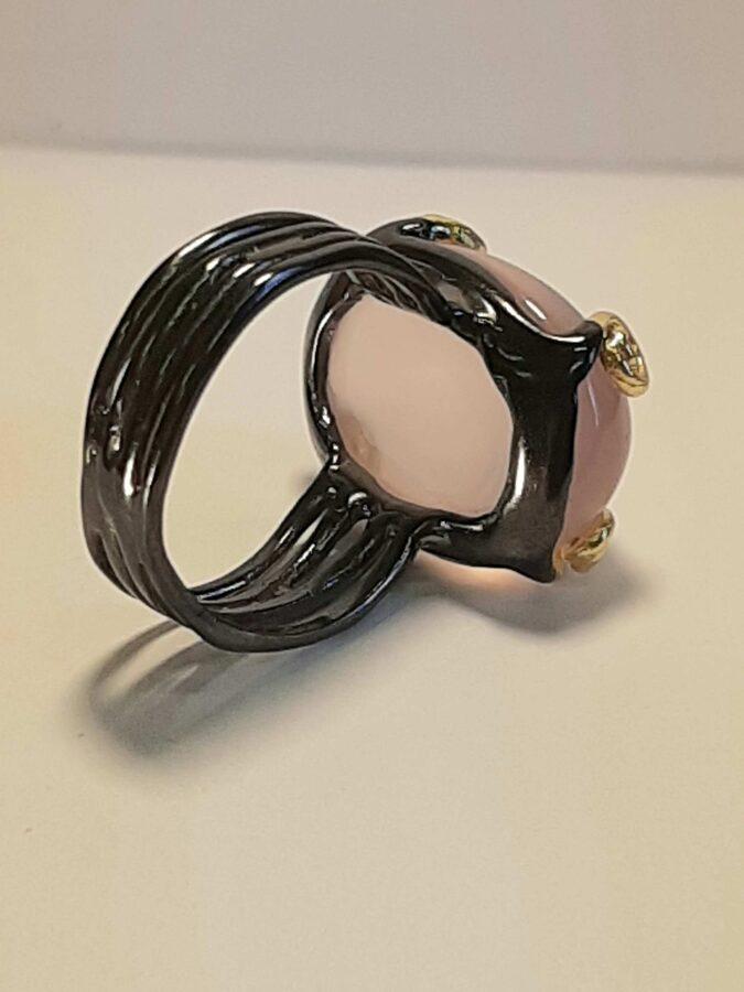 Rožu kvarcs. Virsma 2.3 cm. Izm. 18. Sudrabs, zeltītas detaļas.