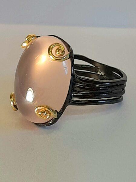 Rose quartz. Surface 2.3 cm. Size 8. Silver, gilded details.